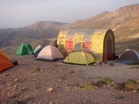 نمایی از چادرها در کنار پناهگاه مدرس