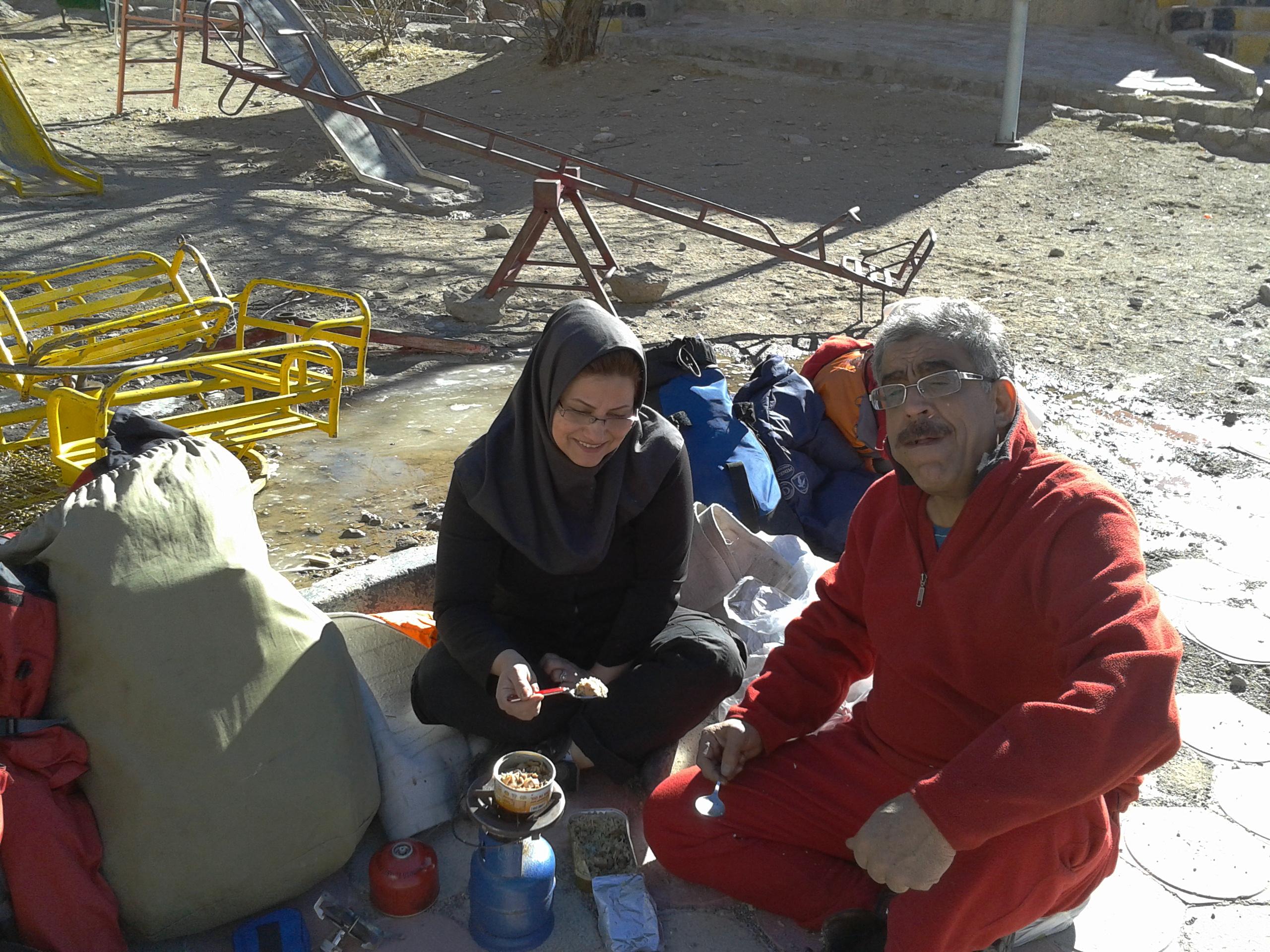 صرف ناهار در اردوگاه